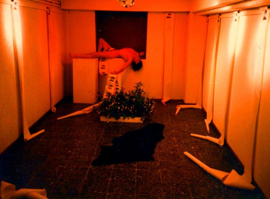 performance-mnimio-gia-tous-neous-pou-pethanan-noris-dada-art-gallery