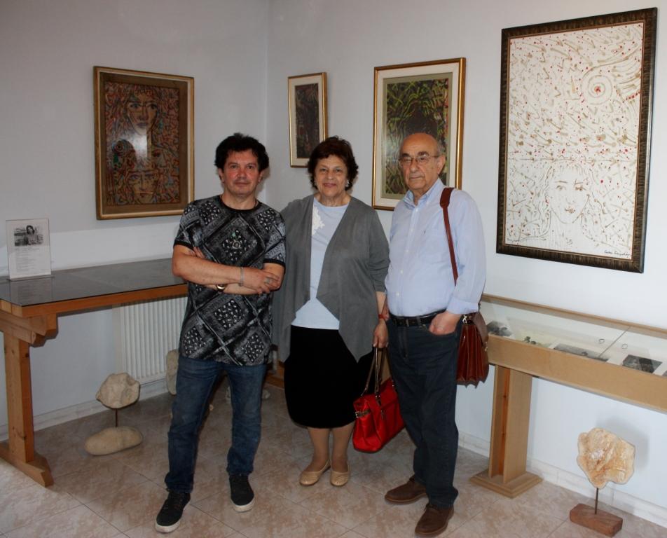 Ο Κώστας Ευαγγελάτος με το ζεύγος Πέγκυ Μοσχονά, φιλόγογο, συγγραφέα και Νίκο Μοσχονά, ιστορικό, διευθυντή ερευνών του Εθν. ιδρύματος Ερευνών.