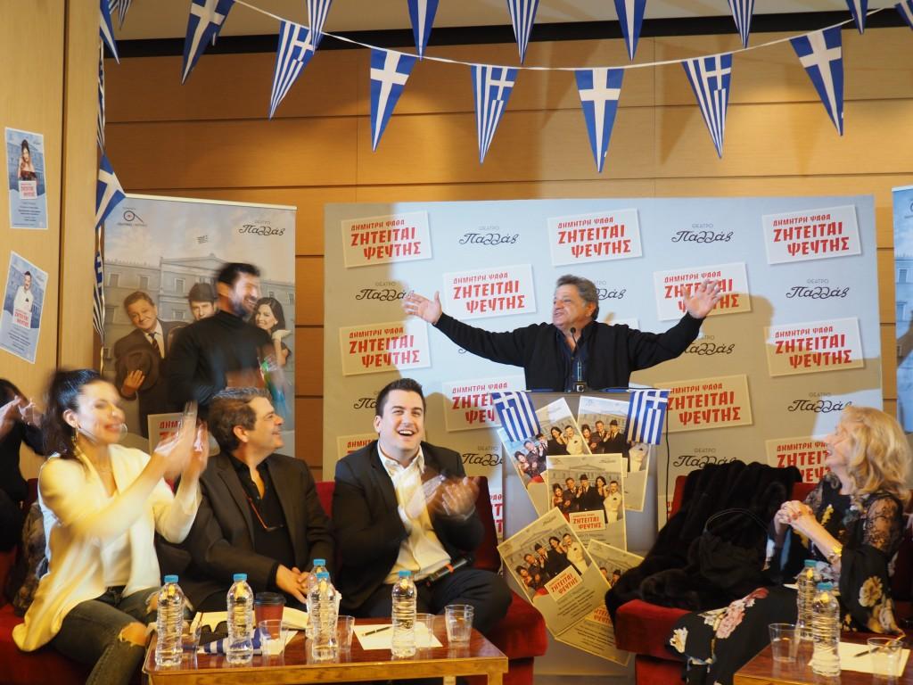 Η συνέντευξη τύπου ξεκίνησε με ένα χαριτωμένο χάπενιγκ: Ο Γιώργος Παρτσαλάκης ως βουλευτής Φερέκης ξεκίνησε με την ομιλία του στο βήμα να υπόσχεται... λαγούς με πετραχήλια, ενώ ο γραμματέας του Αλέξης Γεωργούλης (Θόδωρος Πάρλας ή «Ψευτοθόδωρος») τον υποστήριζε με την ντουντούκα